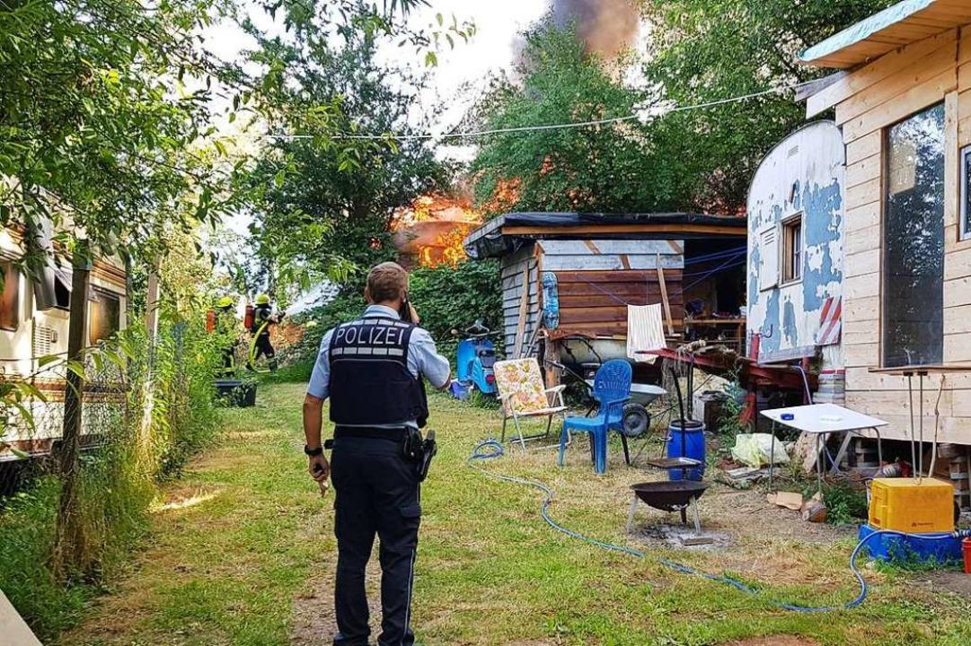 Einer der Wohncontainer und Teile des Geländes der Wagenburg stehen in Flammen.  | Foto: Gerhard Walser
