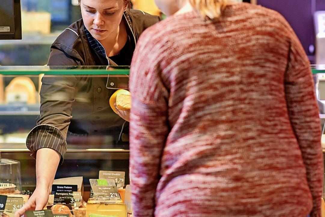 Kunden beraten, Käse aufschneiden, ver...chverkäuferin im Lebensmittelhandwerk.  | Foto: Uwe Anspach