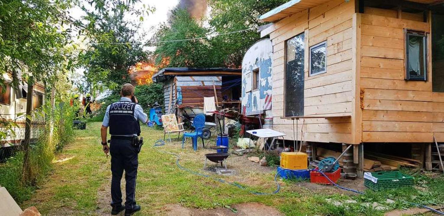 Einer der Wohncontainer und Teile des Geländes der Wagenburg stehen in Flammen.    Foto: Gerhard Walser