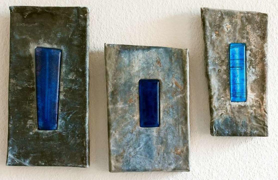 """""""Blau in Blei"""" betitelt is...i verbinden sich Glas, Blei, und Holz.    Foto: Helmut Rothermel"""