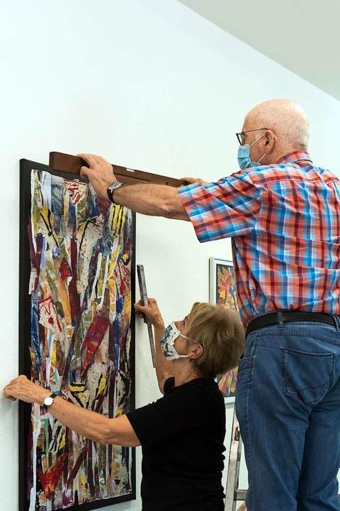 Viel zu tun gab es bei der Hängung der...r Mitgliederausstellung im Kunstforum.    Foto: Helmut Rothermel