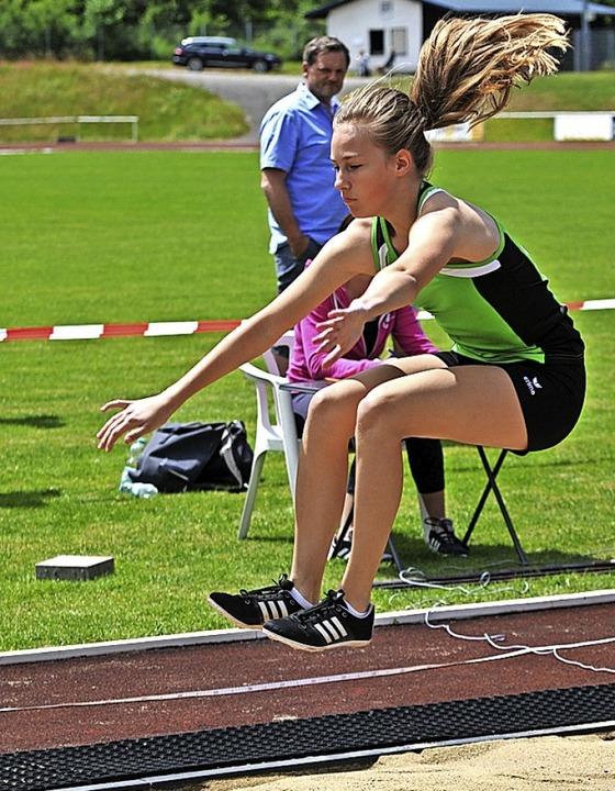 Mit 4,70 Metern erzielt Marit König (L...eine herausragende Weitsprungleistung.  | Foto: Heiler