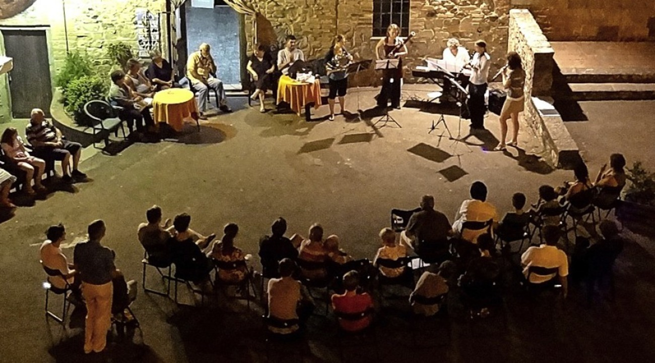 Im malerischen mittelalterlichen Dorf ...ie der JMS Konzerte auf dem Dorfplatz.    Foto: Jugendmusikschule Südlicher Breisgau