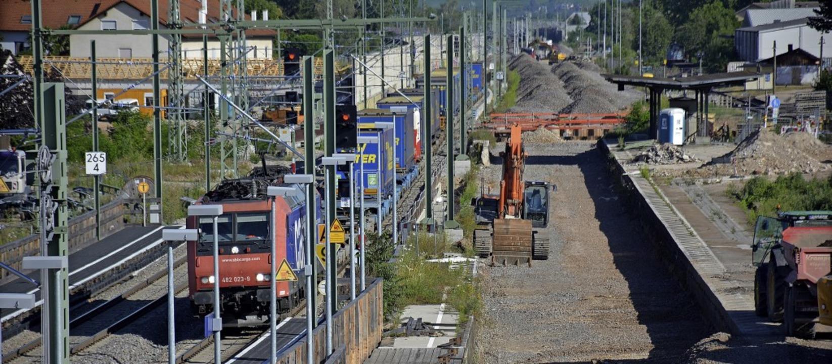 Blick vom Haltinger Steg: Der Zugverke... ein Schutthaufen übrig (ganz rechts).  | Foto: Hannes Lauber