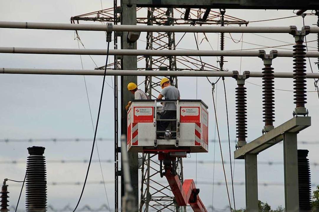 Mitarbeiter des E-Werks Mittelbaden su...r Ursache des aktuellen Stromausfalls.  | Foto: hrö