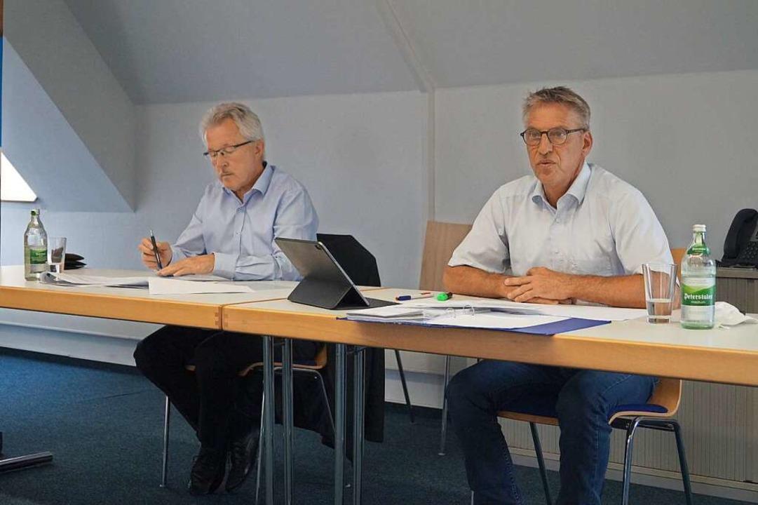 Georg Benz (links) und Armin Mittelstä...ahlen aus dem vergangenen halben Jahr.  | Foto: Christine Storck-Haupt