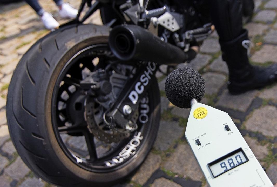Nicht gegen Motorradfahrer an sich, so...cht sich der Ibacher Gemeinderat aus.   | Foto: Daniel Bockwoldt (dpa)