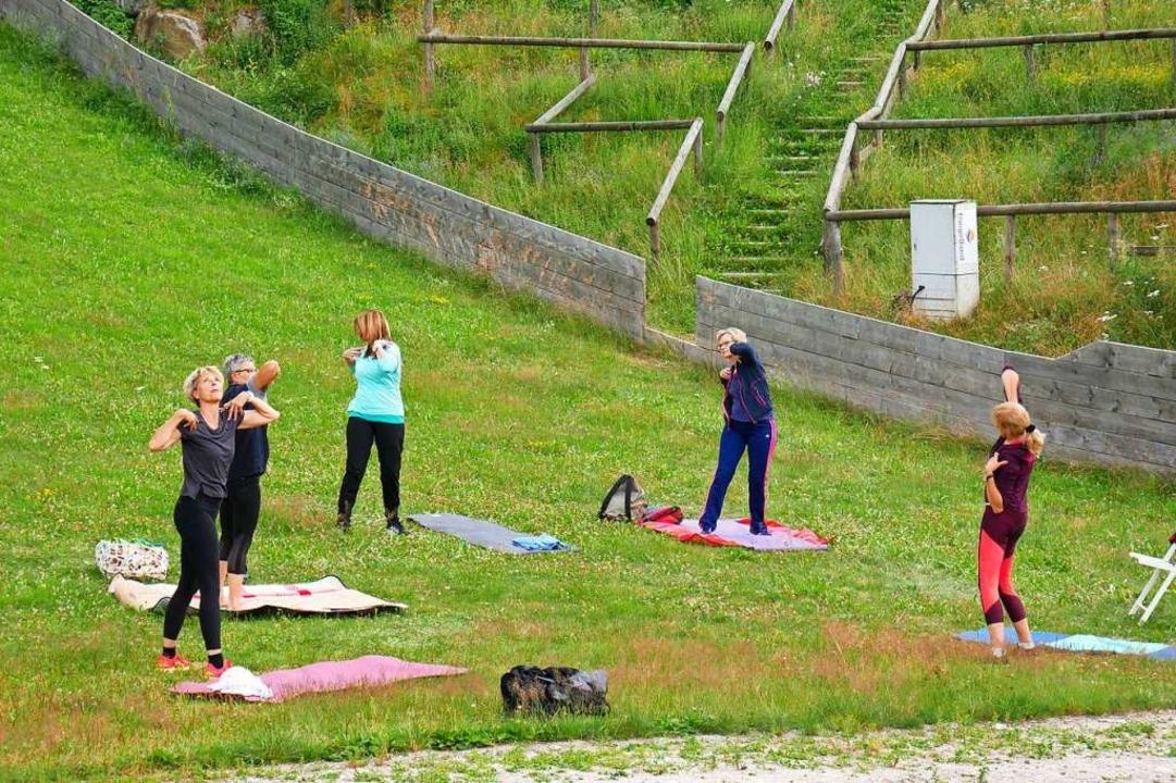 Yoga am Fuß der Hochfirstschanze    Foto: Eva Korinth