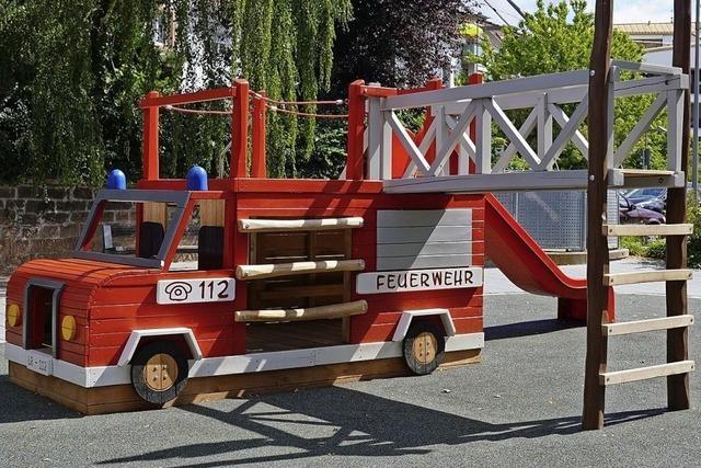 Knallrotes Feuerwehrauto lädt zum Spielen ein