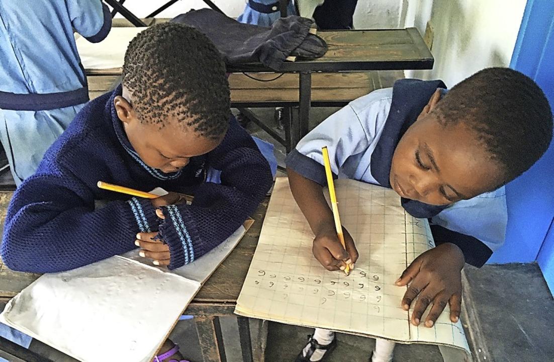 So sah es vor der Ausbreitung des Coro...einem  Klassenzimmer in Simbabwe aus.     Foto: Gabriele Fässler