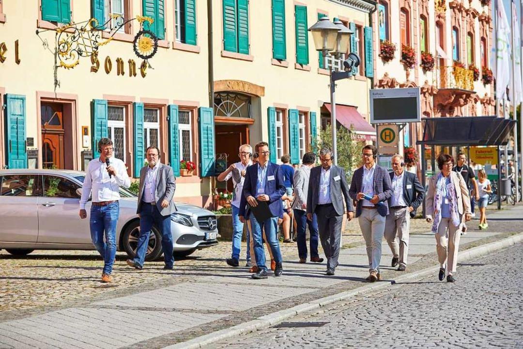 Vom Rathaus ging es zu Fuß zum vorgese.... Und das Wetter spielte prächtig mit.  | Foto: Stadt Offenburg