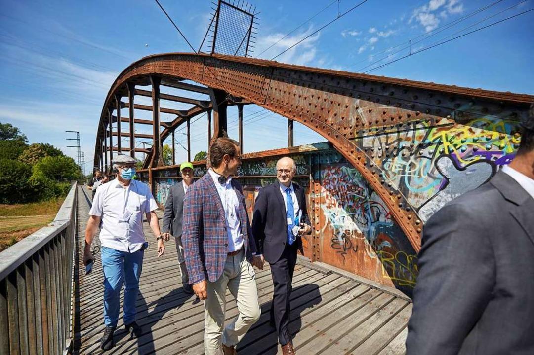 Über die Eisenbahnbrücke der Rheintalb...de, wo heute noch das OFV-Stadion ist.  | Foto: Stadt Offenburg