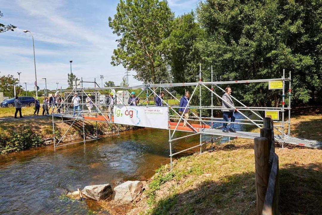 Über eine provisorische Brücke gehen d...e Rolle im städtischen Konzept spielt.  | Foto: Stadt Offenburg