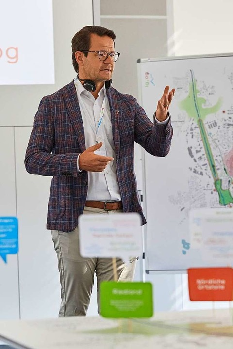 Oberbürgermeister Marco Steffens erläutert die Pläne.  | Foto: Stadt Offenburg