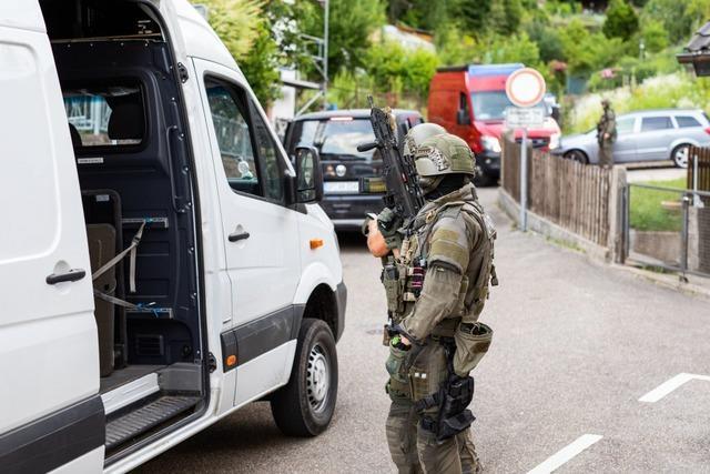 Polizei sucht weiter mit einem Großaufgebot nach schwerbewaffnetem Yves R.