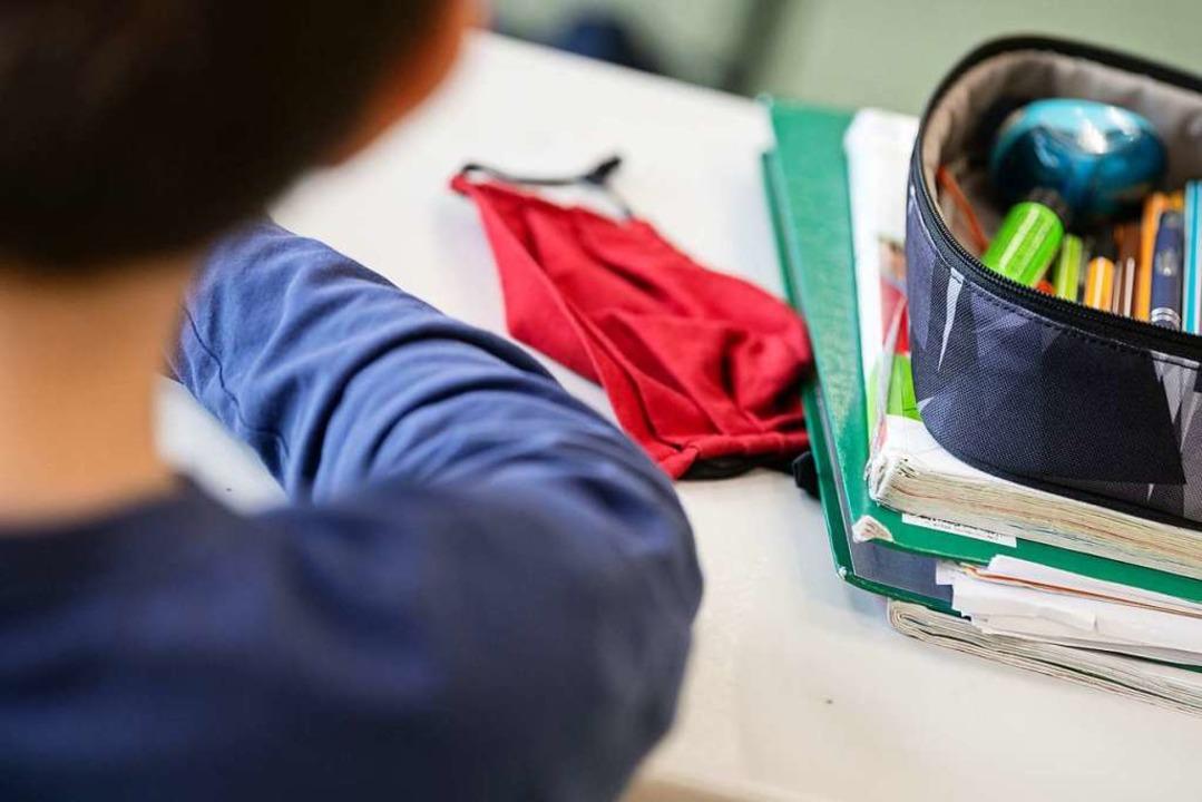 Schule wie immer – zumindest auf...ona auf dem Tisch keine Maske gelegen.    Foto: Marijan Murat (dpa)