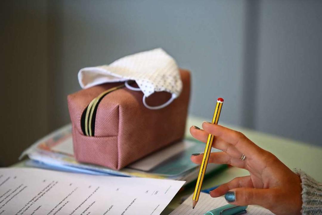 Mäppchen und Stifte waren für Schüleri...chtsmaske zu den wichtigen Utensilien.  | Foto: Bodo Schackow (dpa)