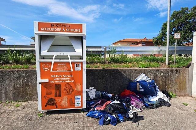 In Ettenheim quellen die Altkleidercontainer über