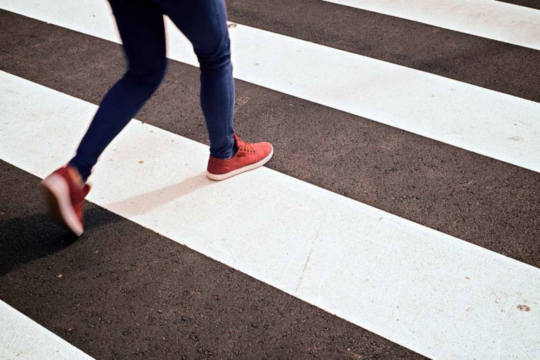 Das Mädchen war dabei, an einem Fußgän...die Straße zu überqueren (Symbolbild).  | Foto: Pedro Salaverria (Adobe Stock)