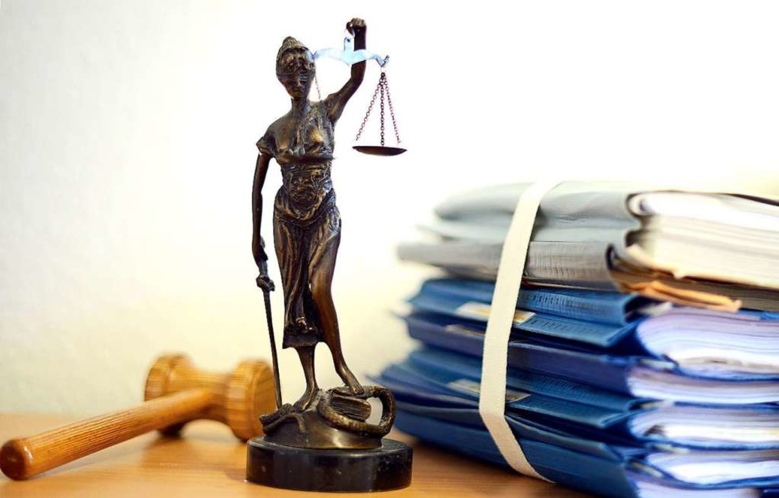 Das Landgericht Offenburg führt nun die eAkte für den Zivilbereich ein.  | Foto: Volker Hartmann (dpa)