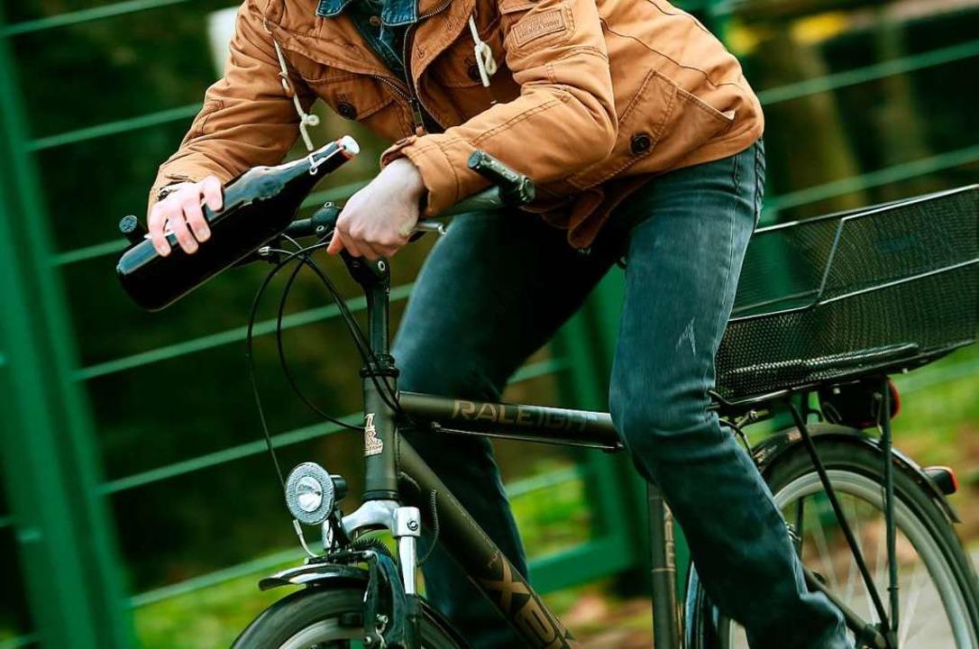 Der Radfahrer war stark betrunken.  | Foto: Roland Weihrauch (dpa)