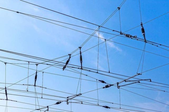 Jugendliche stirbt nach 15.000-Volt-Stromschlag von Oberleitung