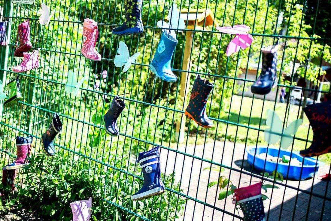 Wer in Kindertagesstätten oder Schulen... erhöhten Infektionsrisiko ausgesetzt.  | Foto: Hauke-Christian Dittrich (dpa)