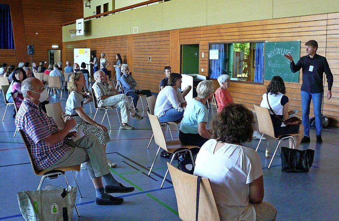Teilnehmer bildeten in der Halle Klein...deen und Anregungen äußern zu können.   | Foto: Nina Herrmann