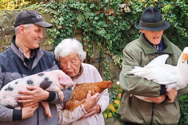 Hühner statt Bingo: Senioren packen auf dem Bauernhof mit an