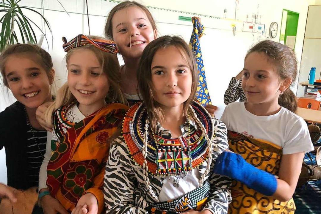 Mädchen aus der Klasse 4 der FT-Sportg...hule mit Tüchern und Schmuck aus Kenia    Foto: Sylvie Kaufhold