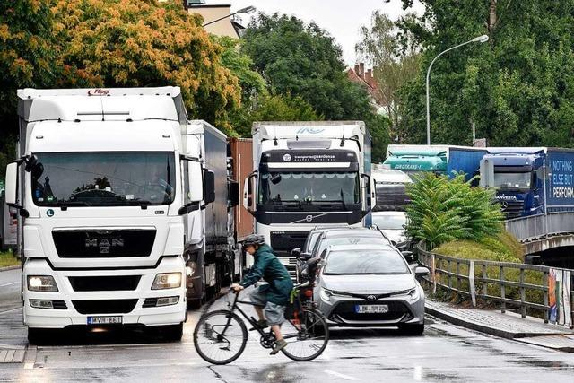 Über Freiburgs Stadtdurchfahrt B31 schiebt sich wieder Laster an Laster