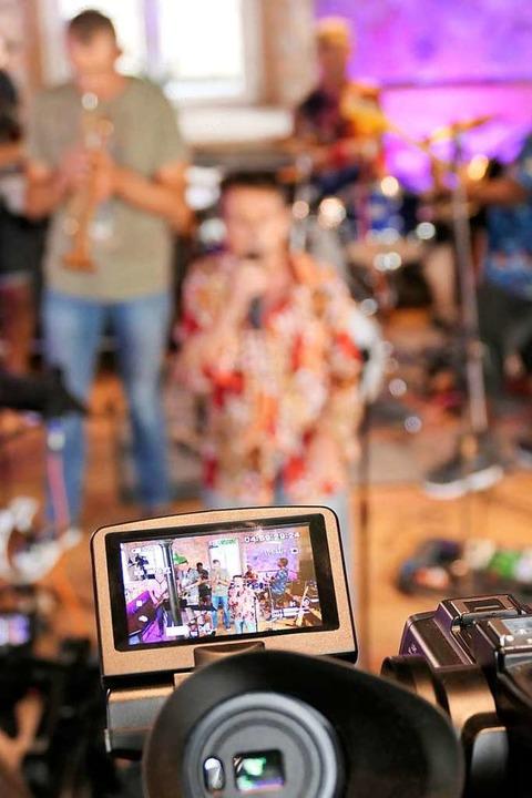 Was heißt schon live? Die Band Fire of...im Blick der Kamera für den Livestream    Foto: Hans-Peter Müller