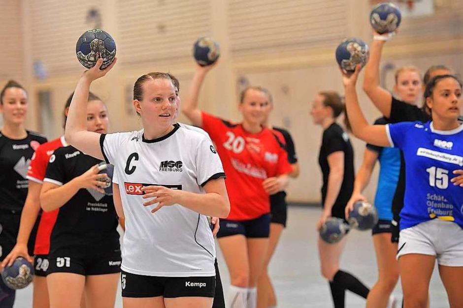 Angelika Makelko (weißes Trikot) gehört auch im Training zu den Führungspersönlichkeiten auf dem Feld. (Foto: Achim Keller)