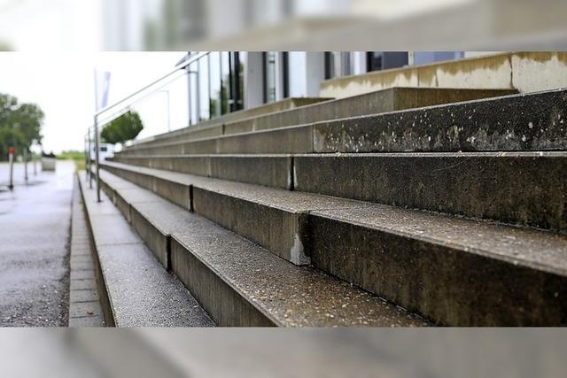Treppe der Riedsporthalle wird zur Stolperfalle