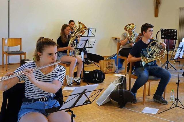 Der Musikverein Karsau probt für ein Freiluftkonzert vor dem Dorflädeli