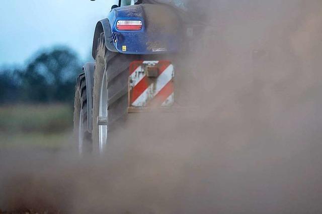 Traktor überschlägt sich auf steiler Wiese bei Wutach