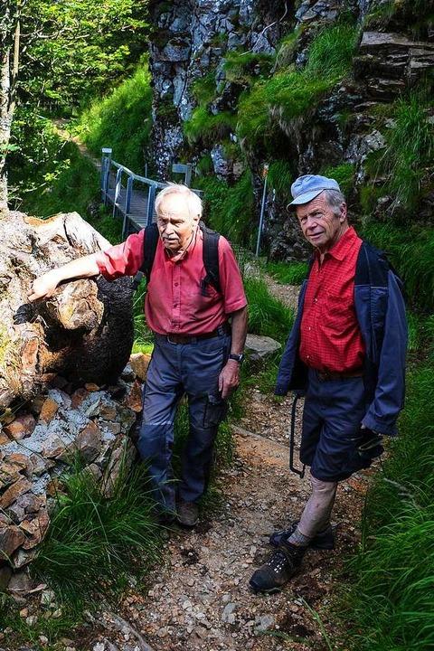 Helmut Krebs (links) und Peter Geiger kümmern sich um den Wanderweg.    Foto: Gabriele Hennicke