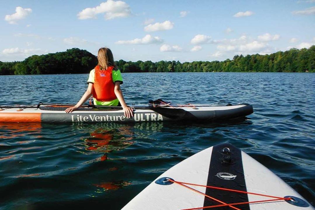 Pause vom Paddeln: Die Zwölfjährige genießt den Blick auf den See.    Foto: Ronja Vattes