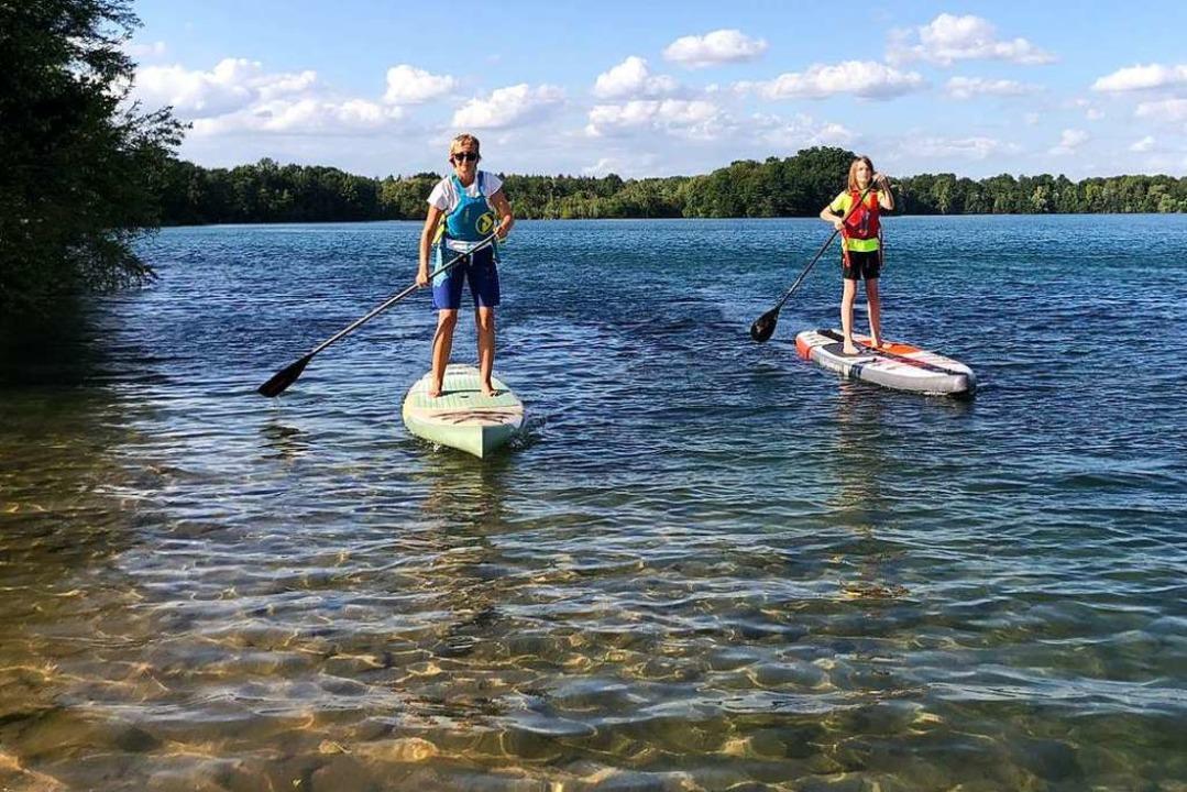 Stand Up Paddling auf dem Opfinger See: Nicole (links) zeigt, wie es geht.    Foto: Ronja Vattes