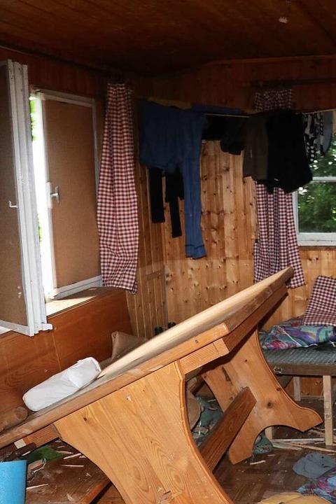 In dieser Hütte am Waldrand von Oppena... selbst bezeichnete er als Waldläufer.  | Foto: Privat