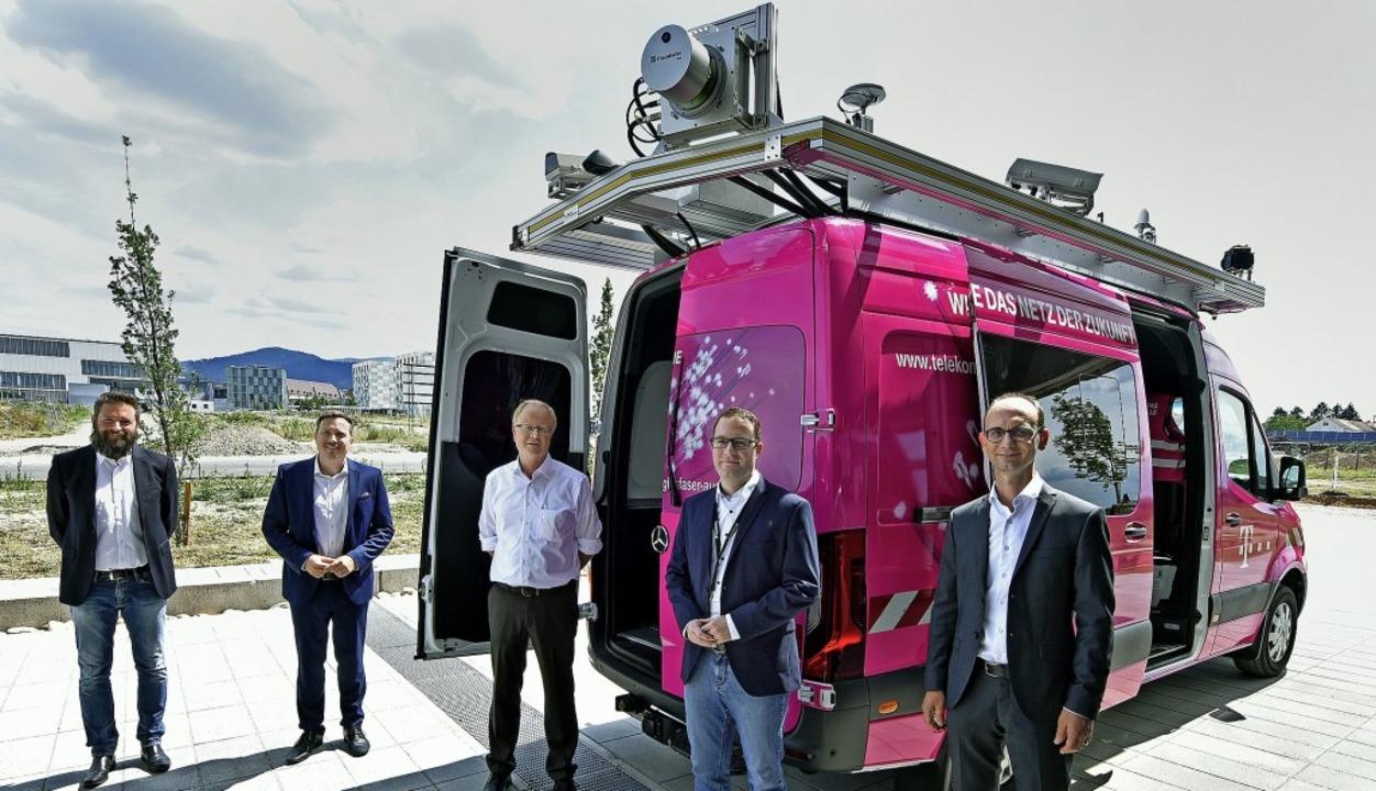 Christopher Beußel, Hannes Bertele (be...n links) freuen sich über das T-Car.      Foto: Michael Bamberger
