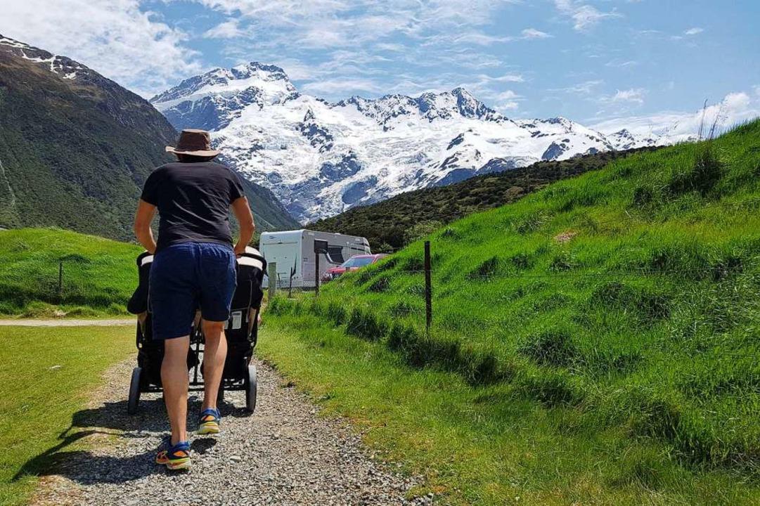 Der Bergkette entgegen: Mit dem Doppelbuggy geht es voran.  | Foto: Nadine Zeller