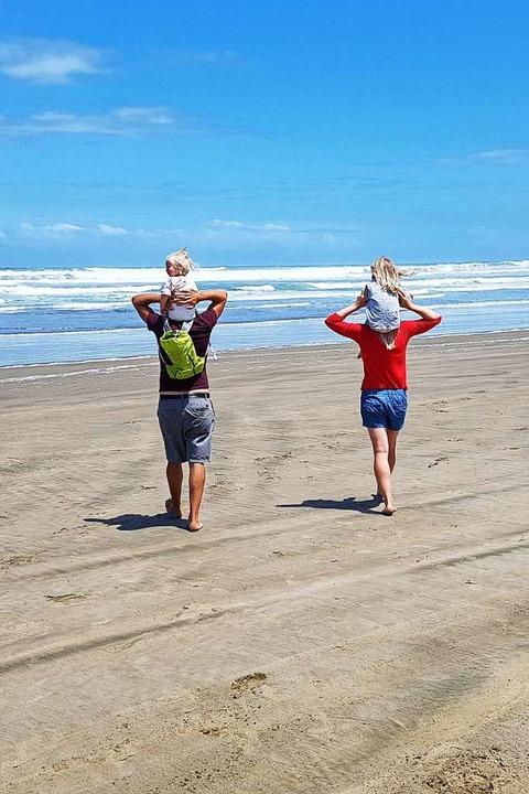Huckepack: Wenn die Kinder mit Mama und Papa die Welt entdecken.  | Foto: Nadine Zeller