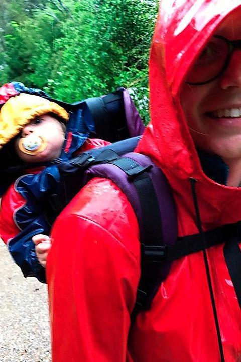 Mit Schnuller: Auch bei Regen ist Reisen schön.  | Foto: Nadine Zeller
