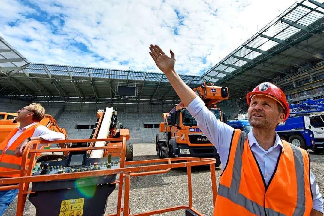 Baustellenbegehung in der neuen Arena des SC Freiburg am 17. Juli.  | Foto: Michael Bamberger