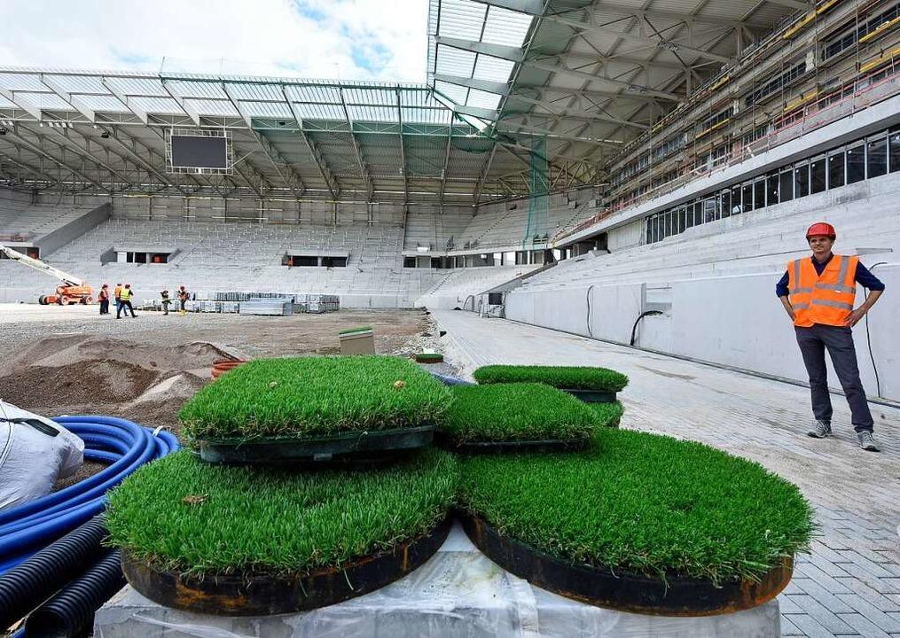 Es grünt: Die ersten Rasenstücke liegen im Stadion.  | Foto: Michael Bamberger