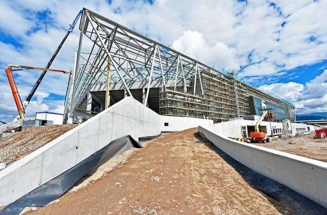 In der Endphase: Der Neubau des SC-Stadions am Wolfswinkel.  | Foto: Michael Bamberger