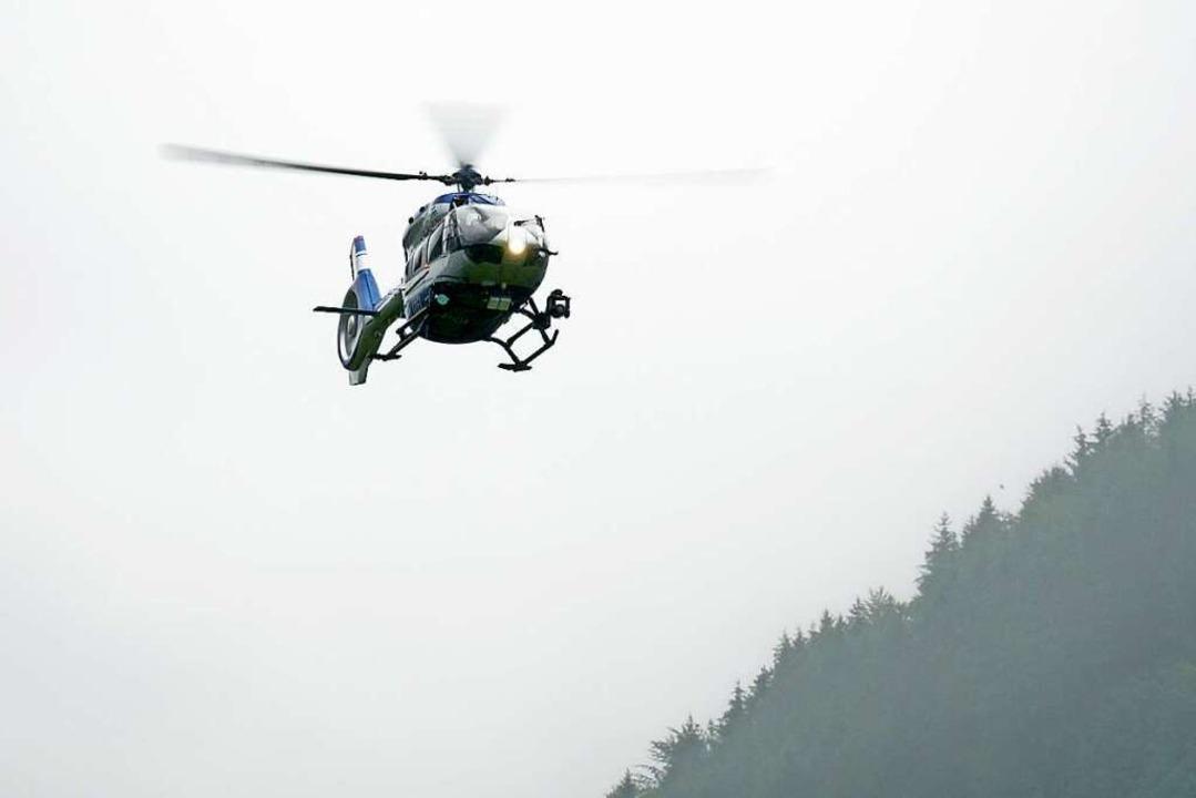 Auch am Freitagmorgen kreisten Hubschrauber über dem Ort.    Foto: Benedikt Spether (dpa)