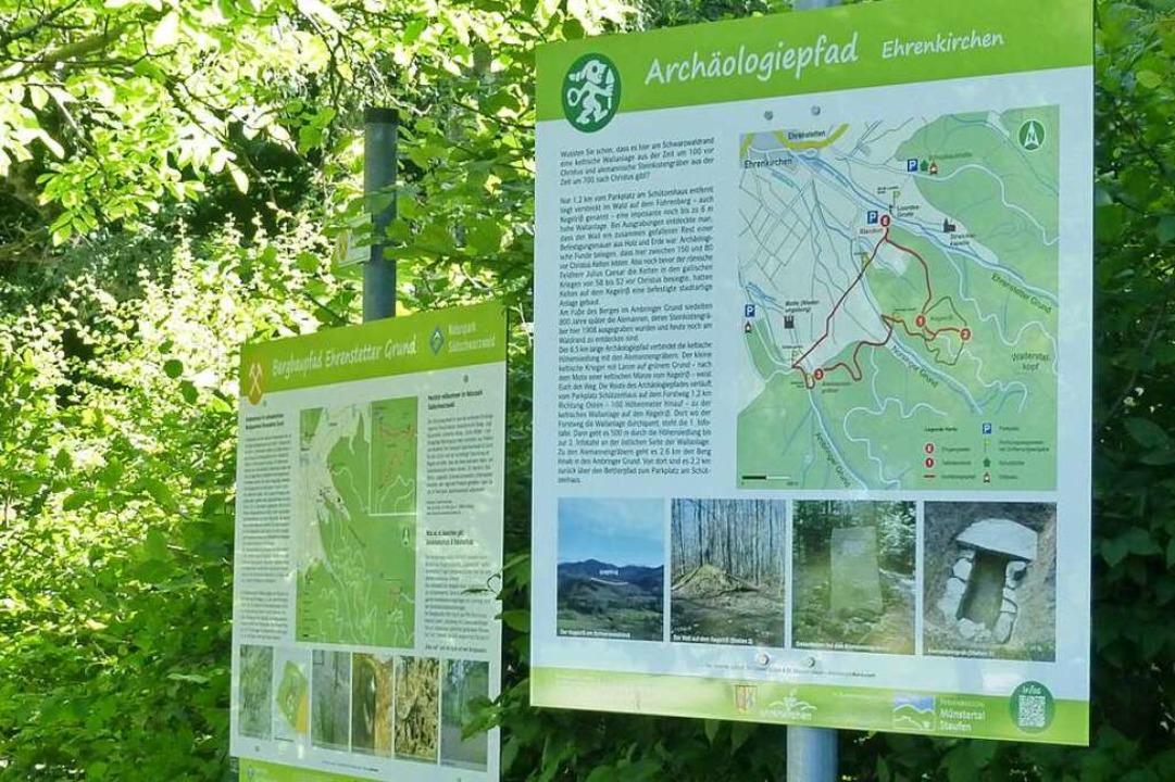 Zwei Tafeln weisen am Parkplatz am Sch...uf den neu angelegten Archäologiepfad.  | Foto: Andrea Gallien
