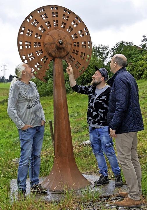 """Künstler Bernhard Witsch aus Tirol (li... sein Werk """"Überwachung"""".     Foto: Wilfried Dieckmann"""